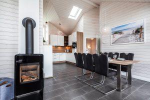 Farblich abgestimmtes Ferienhaus in weiß und holzfarben mit gehobener Ausstattung