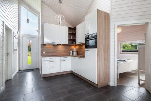 Moderne weiße und holzfarbene Küche in L-Form