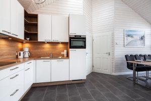 L-Küche in weiß hochglanz und Holz-Optik mit super Ausstattung im Ferienhaus Küstenzauber
