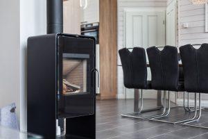 Zur Ausstattung des Ferienhauses Küstenzauber gehört ein Kaminofen, der für behagliche Wärme sorgt