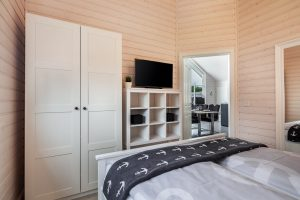 Schlafzimmer 1 ist eingerichtet mit einem Doppelbett und viel Stauraum im Ferienpark Schönberg Holm