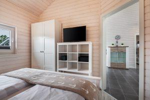 Die aufeinander abgestimmt Einrichtung bietet viel Platz zum Verstauen im Schlafzimmer 2 mit Doppelbett