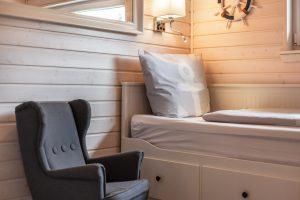 Kinder lieben den kleinen IKEA Ohrensessel im Schlafraum 3 im Ferienhaus Küstenzauber
