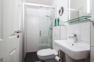 Zweites Badezimmer mit Dusche und moderner Einrichtung im Ferienhaus Küstenzauber