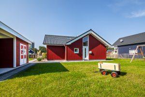 In der Gartenhütte gehört zum Inventar ein Bollerwagen und Spielzeug für die Kinder - Familienurlaub an der Ostsee