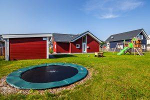 besonders familienfreundlich: Bodentrampolin im eingezäunten Garten des Ferienhauses ist das Highlight für die Kinder