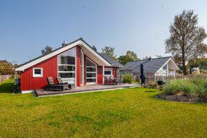 Die besondere Ausstattung: Holzterrasse und großer Garten mit Grill und Sonnenschirm für einen erholsamen Urlaub