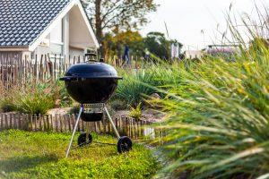 Zum Inventar gehört der Weber Kugelgrill, der auf die Gäste im Garten des Ferienhauses an der Ostsee wartet