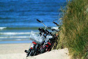 Fahrrad fahren, bei der Pause Fahrräder im Sand an der Ostsee parken