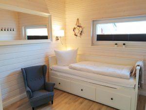Tagesbett und Kinder-Ohrensessel im Schlafraum 3