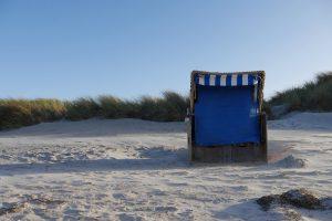 Strandkorb am feinsandigen Ostseestrand, Baden in der Ostsee